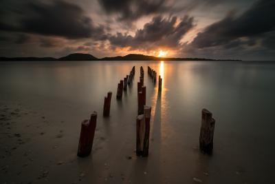 Тревожный закат Куба пирс океан закат тучи солнце