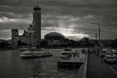 *** город Москва набережная день река трамвайчик катер прогулки чб черно-белое