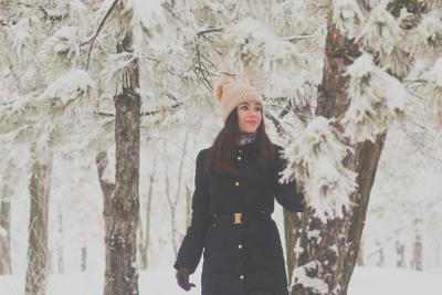 В след за чудесами мороз снег зима лес девушка деревья хвойный