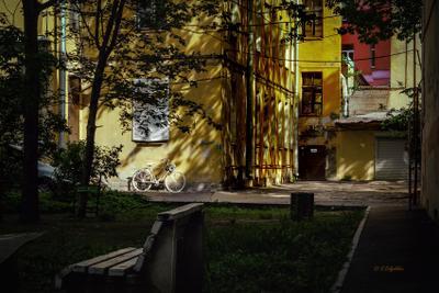 Петербург. П.С. Белый велосипед у желтой стены Петербург