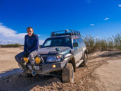 Ну, что дальше поедем? Авто техника Ниссан Сафари Hissan Safari песок пейзаж человек