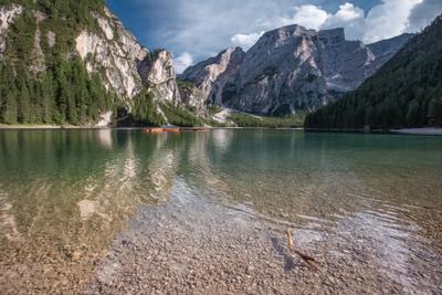 Braies Брайес Lago di Braies озеро лодки горы Доломитовые Альпы лето