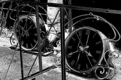 Потерянное время часы время черо-белое