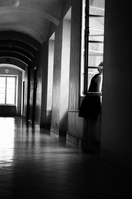 Исследуя своё одиночество. Окно девушка коридор окно ратуша Львов тени
