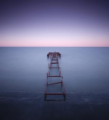 The best is yet to come берег вода горизонт длинная выдержка заброшенный квадрат минимализм море небо пирс разрушенный рассвет ржавчина старый Утро