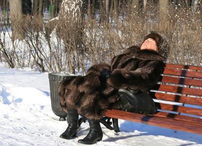 ***Зимний загар гораздо полезнее зима загар парк шуба снег скамейка тётка