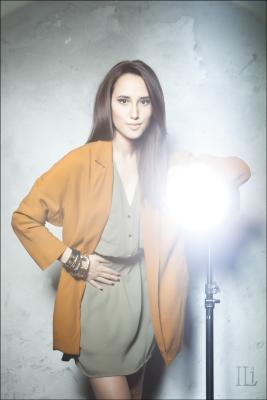 Портрет с лампой Девушка свет лампа