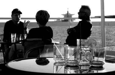*** вечер яхта беседа стакан