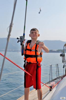 А говорили, что большие ловятся! рыбалка яхта мальчик