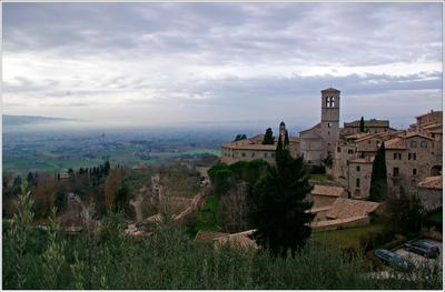 Серый день в Ассизи Италия Умбрия Ассизи