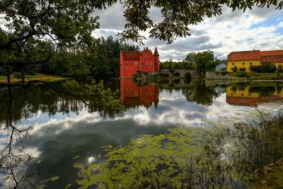 Замок на старом пруду