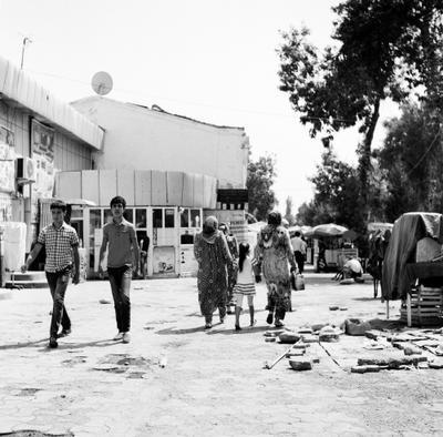 рядом с базаром в центре Душанбе роллей