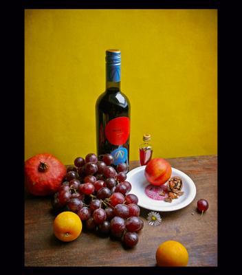 """Тёплый натюрморт с бутылкой мерло """"Salento"""" с вином желтый натюрморт красный виноград сливы вино гранат"""