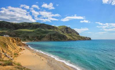 Мыс Меганом россия крым мыс меганом Чёрное море пляж песок вода прибой волна песчаный откос гора май 2021 небо облака