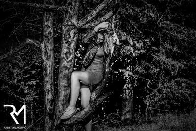 В лесу гламур девушка модель блондинка черно-белая фотография платье