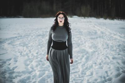 Зимний портрет портрет зима снег девушка платье модель поза природа