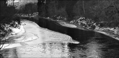 Дубна покрывается льдом (ЧБ)