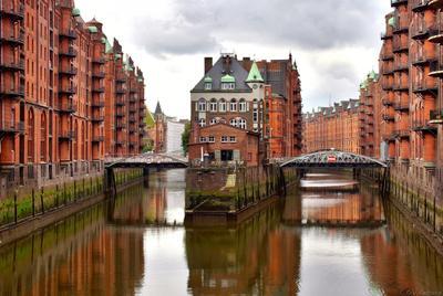 Гамбург. Район Шпайхерштадт архитектура гамбург германия город достопримечательность европа каналы отражение склады
