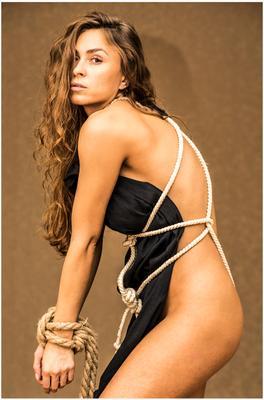 Эления девушка портрет шатенка верёвка чёрная ткань фон