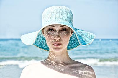 Обоженная Юлия солнце луч тень шляпа море девушка