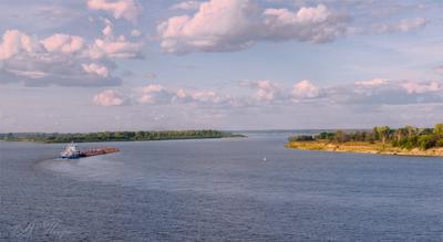 Из далека долго течет река Волга.... Река баржа облака