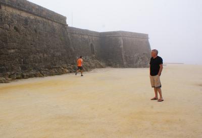 Воспоминания о былом Португалия песок туман крепостная стена