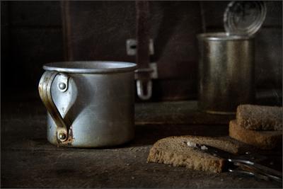 Алюминиевая кружка, хлеб и тушёнка тушенка кружка хлеб
