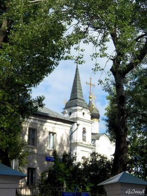 ***Один из храмов монастыря Иоанна Предтечи на Ивановской горке в Москве Колокольня купола деревья
