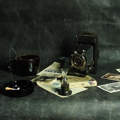 Черный натюрморт с камерой. Прошедшее время.