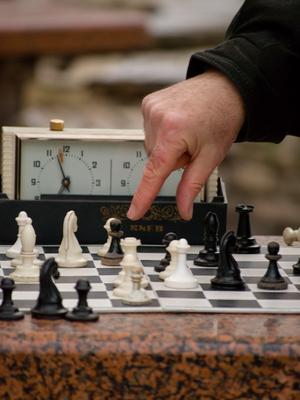 Выбор шахматы, шахматист, выбор, рука