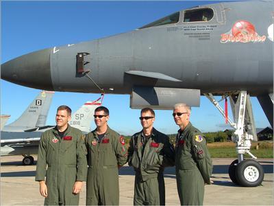 Экипаж B-1B авиация США самолет стоянка Жуковский МАКС 2005