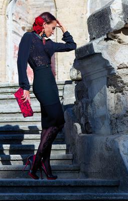 Испанка барокко девушка романтическое настроение испанка фламенко лучи солнца дворец Курисов развалины мода