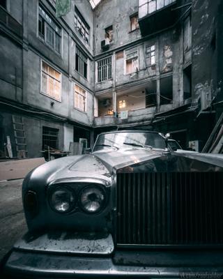 В Тбилисском дворике Тбилиси Грузия путешествие архитектура город городской пейзаж уличная фотография iphone 12 pro двор rolls royce
