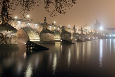 Карлов Мост туманной ночью Прага Карлов Мост ночь туман Чехия