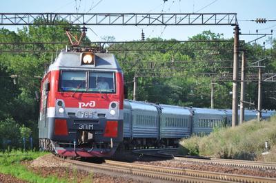 В кривой Поезд железная дорога