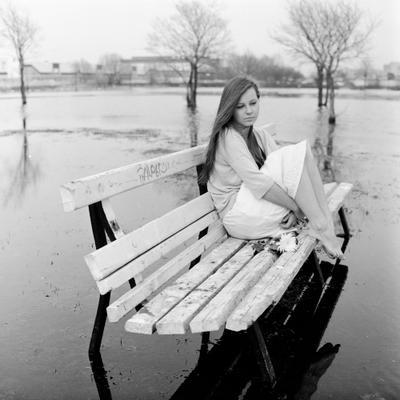 Про одиночество девушка на скамейке