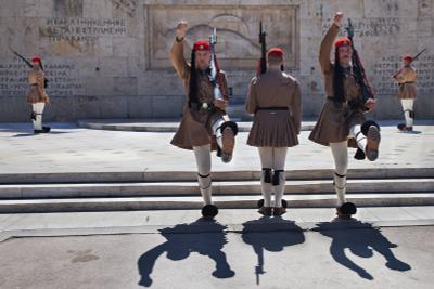 Гвардейцы Афины караул гвардейцы парламент могила Греция смена