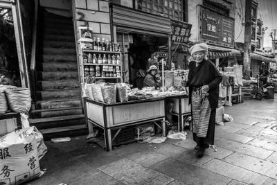 На улочках Лхасы Тибет Лхаса Жанр Люди ЧБ Ч б