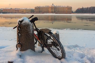 Искусство быть смирным Санкт-Петербург вечер лёд река отражение велосипед