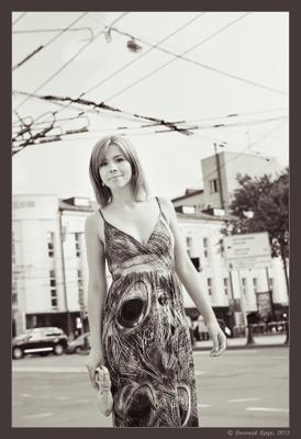 Фото 1.4-49 Большой Город лето август летний день улица бульвар здания провода контактная сеть девушка платье узоры прогулка встреча привлекательность взгляд улыбка монохром
