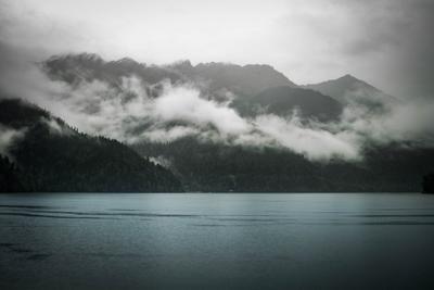 Горное озеро Озеро осень туман горы