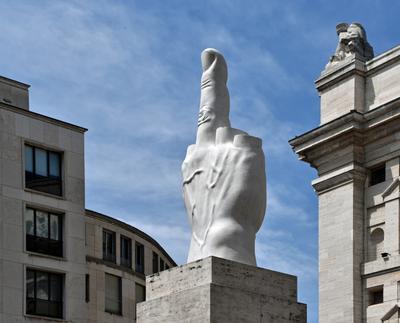 Пальцем в небо, и уже не в первый раз... средний палец небо Милан памятник