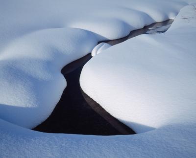 Ручей под снегом Хибины Кольский полуостров
