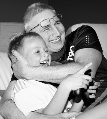 Дедушка с внуком чб портрет дети