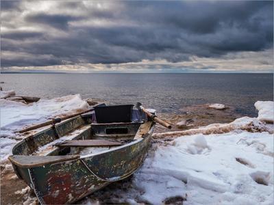 *** море небо тучи лодка зима снег