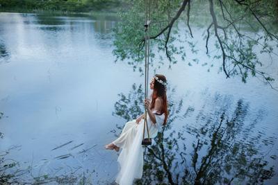 Девушка на качели девушка качели пруд лес