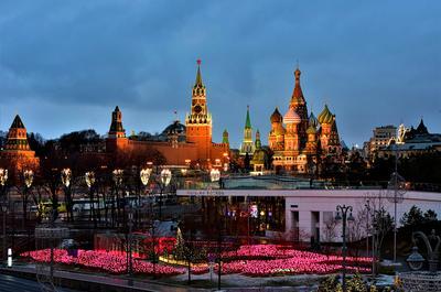 Вид на Кремль с Парящего моста улица утро праздник столица иллюминация
