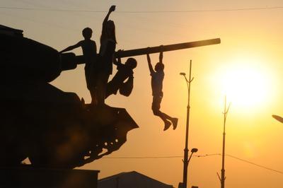 мир дети памятник танк игра закат