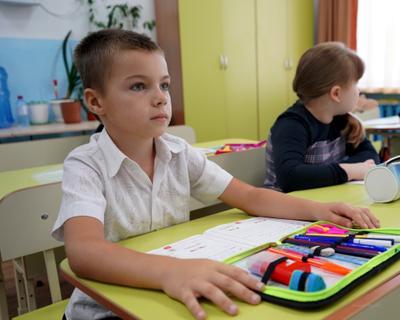 На уроке. школа урок взгляд мальчик