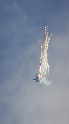 *** авиашоу высший пилотаж Русские Витязи пилотажная группа Россия авиация самолет истребитель Су-27 Ростов-на-Дону небо тепловые ловушки маневр ракета